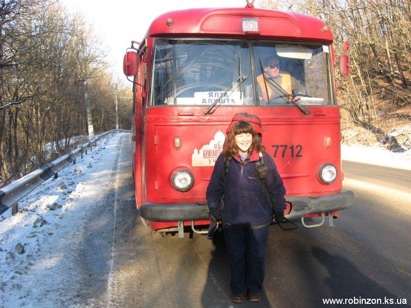 По пути на станцию Сосновка попали в обрыв проводов и пошли пешком мимо стоящих троллейбусов