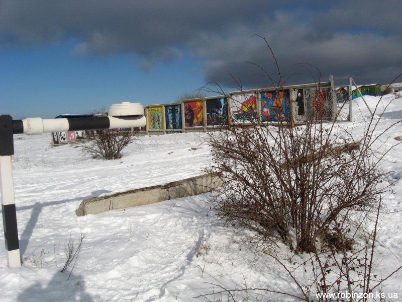 Картинная галерея на заборе вокруг спелеобазы