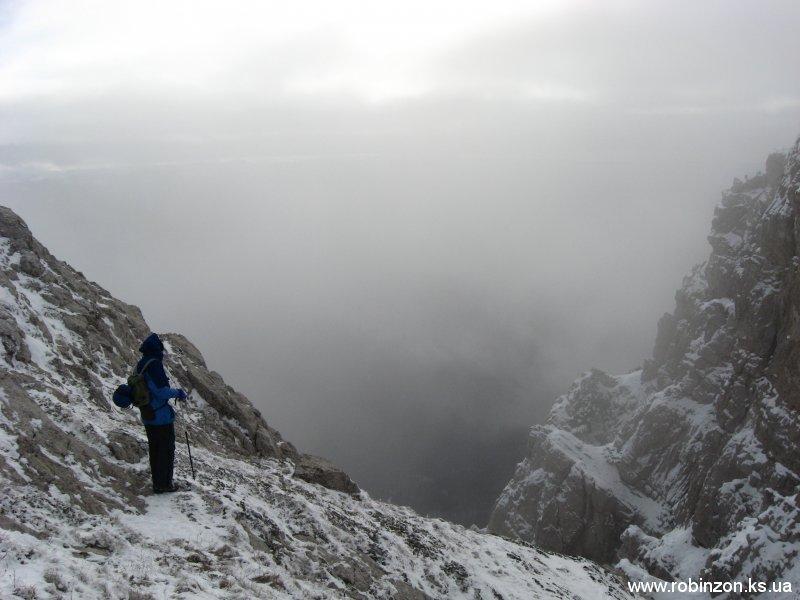 Ниже на 30 метров находится пещера, но спуск в это время опять же небезопасный