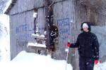 Оля около 3-звездочного необитаемого зимой отеля Колыба, 1 февраля 2010